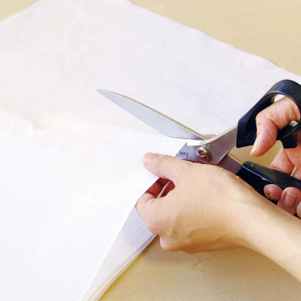 晒木綿(さらしもめん)は、ハサミで切れ目を入れて好みの長さに手で裂き、軽く水洗いしてからお使いください。